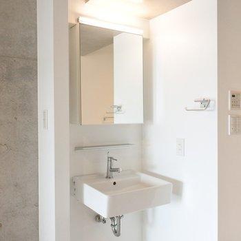 洗面はオープンな位置に。意外と利便性は◎※写真は別室です