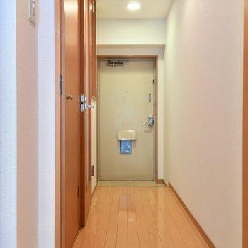 居室から扉を開けて廊下へ!