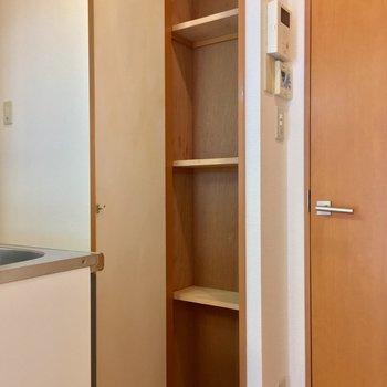 キッチン背面も便利な収納棚◎
