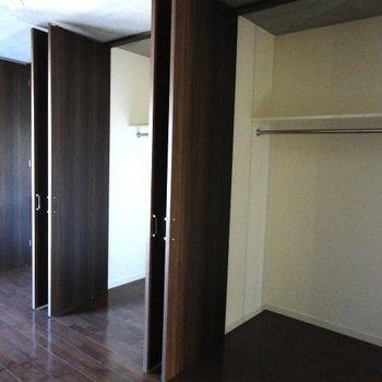 壁面に収納がズラリ ※写真は4階の同じ間取りのお部屋です。