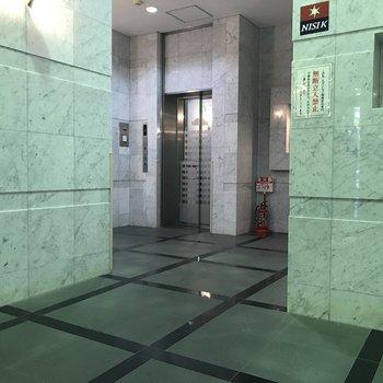 エレベーターはカクカク空間の奥に。
