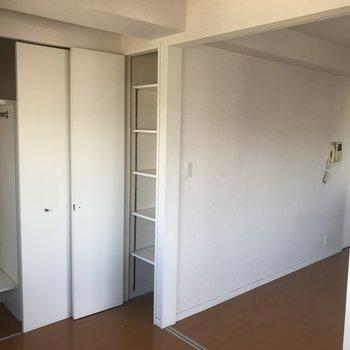 寝室には2つの収納棚。