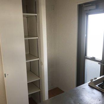 収納棚の横には冷蔵庫スペース。