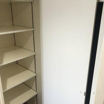 左手少し広めの収納棚。