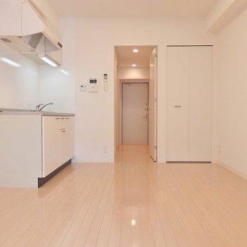 白を基調としたさわやかなお部屋です!※写真は同間取り別部屋のものです。