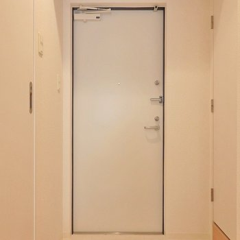 玄関も真っ白!※写真は同間取り別部屋のものです。