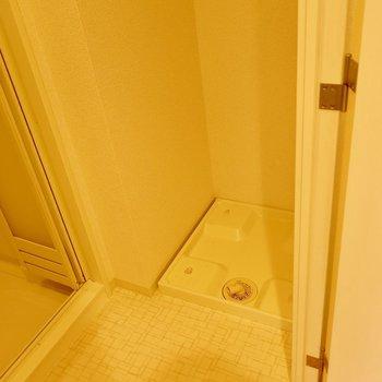 お風呂のすぐそばで脱げます※写真は反転間取り別部屋のものです。