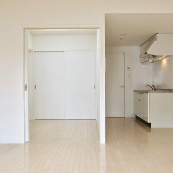 真っ白※写真は反転間取り別部屋のものです。