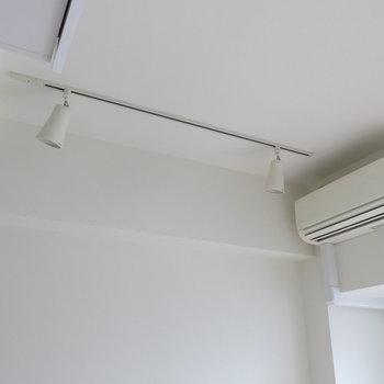 天井には間接照明も*。※写真は同間取り別部屋のものです。