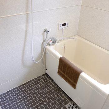 お風呂はちょっぴりレトロに感じます。