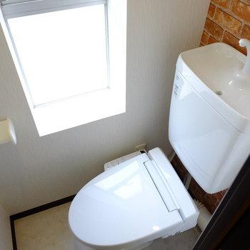 トイレにも小窓ありです。