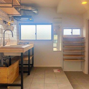 こちらはキッチンと玄関。タイルと木とアイアンと。