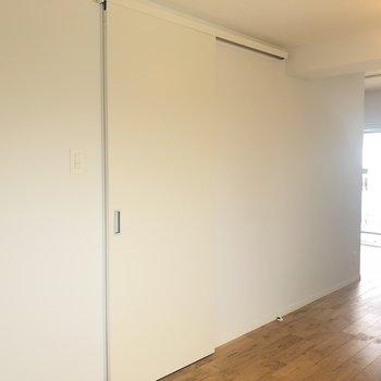 この白いドア開けると、サニタリーに続いてます!
