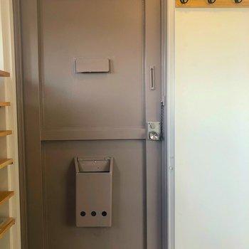 うす茶色の玄関かわいすぎる!コート掛けもありますよ~