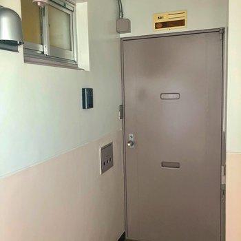 この左上の小窓は、洗濯機上の小窓となっています。