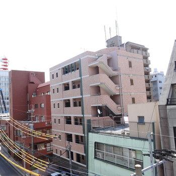 左側には日赤通りもちらり。(※写真は5階のお部屋からのものです)