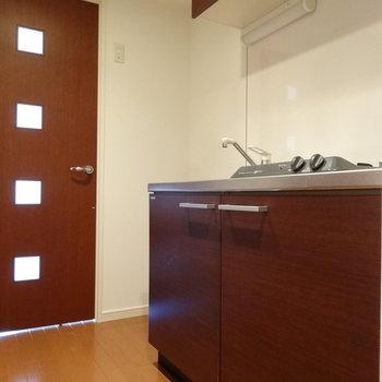 玄関入ったらキッチン。となりに冷蔵庫スペースもしっかりあります。(※写真は5階の反転間取りのお部屋です)