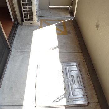 バルコニーの広さは1人暮らしならこのくらいかな。(※写真は5階の反転間取りのお部屋です)