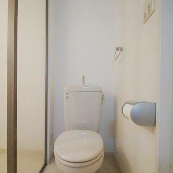洗面とお風呂の間にトイレ。(※写真は5階の反転間取りのお部屋です)