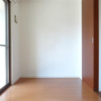 寝室はシングルベッドを置いてちょうどよい広さ。(※写真は5階の反転間取りのお部屋です)