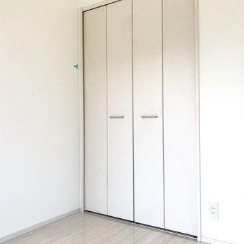 小さめのお部屋だけど白で圧迫感はあんまり感じないな。(※清掃前の写真です)