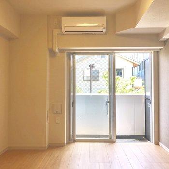 裏の通りから風が入る、気持ちのよいお部屋です。