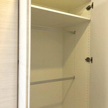 こちらは2段ハンガー掛けです。※写真は2階の同間取り別部屋のものです。