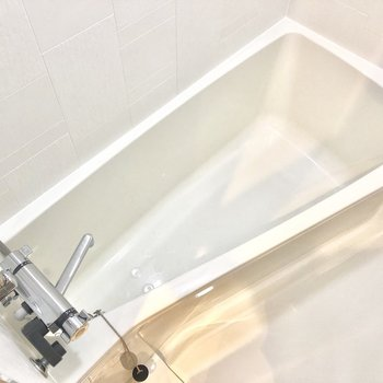 お風呂は細長、脚伸ばせます!※写真は2階の同間取り別部屋のものです。