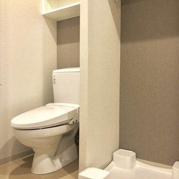 キッチンの後ろは脱衣所。トイレは脱衣所の中です。※写真は2階の同間取り別部屋のものです。