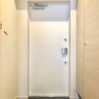 玄関は鍵2つ。※写真は2階の同間取り別部屋のものです。