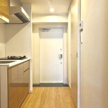 居室のドアを開けると、キッチンと水回り。※写真は2階の同間取り別部屋のものです。