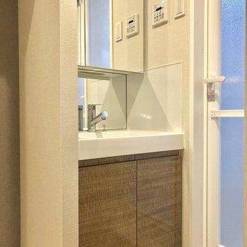 独立洗面台はうれしい!※写真は2階の同間取り別部屋のものです。