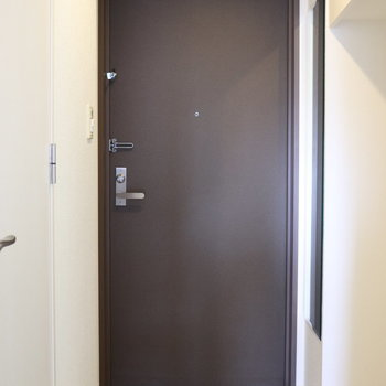 ガッチリした玄関。フロアーの境目がない