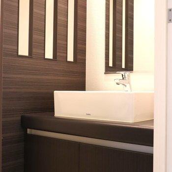 ダークブラウンの壁が似合う洗面台