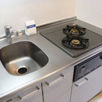2口コンロで調理スペースが小さいのでシンクに調理台を
