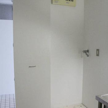 開けたら洗濯機!※写真は3階の反転間取りの別部屋です。