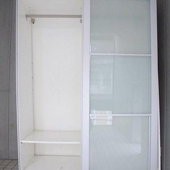 収納はスライド式。※写真は3階の反転間取りの別部屋です。