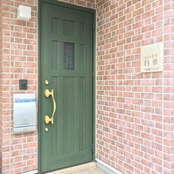 グリーンの玄関扉