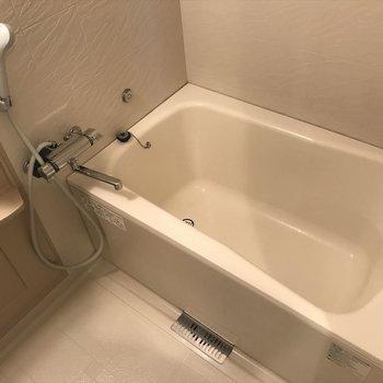 広ーいお風呂は一日の疲れをとってくます!(※写真は13階の似た間取り別部屋のものです)