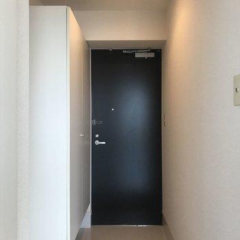 玄関を開けると、光が一気に差し込みます。(※写真は13階の似た間取り別部屋のものです)