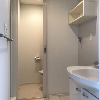 脱衣スペース、洗濯機上部の棚が嬉しい。(※写真は13階の似た間取り別部屋のものです)