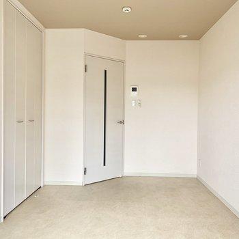 かくかくっとドアが斜めにありました。洋室は6.4帖です。