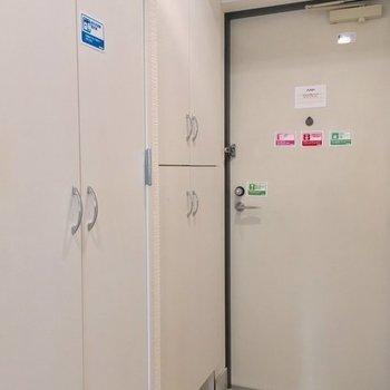 手前に洗濯機置き場、奥がシューズボックス。※7階同じ間取り別部屋の写真です