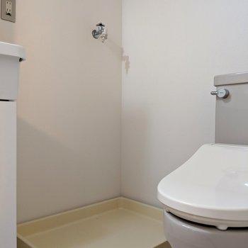 脱衣所兼トイレ兼洗濯機置き場。けんけんけん。。。(※写真は同間取り別部屋のものです)