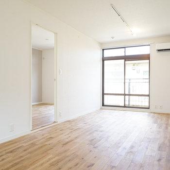 【イメージ】とっても明るい!イメージ写真はオークの床材ですが、今回はヤマグリの床になりますよ!※写真は別部屋同間取りの写真になります。