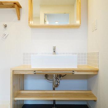 【イメージ】洗面台はタイルがポイントに。鏡の枠は額縁のような、浅いものになります。※写真は別部屋同間取りの写真になります。