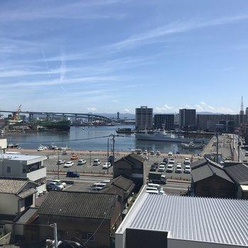 サンルーム側の眺望は港ビューなのです。晴れた日は気持ちいいな〜。