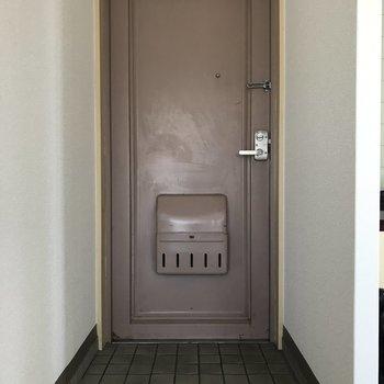 玄関もシンプルな感じ。シューズボックスはないのです・・・