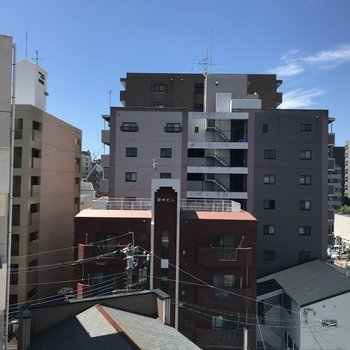 こちらは洋室側からの眺望。ビルビューですね。