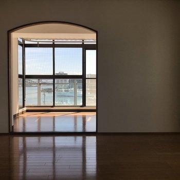 洋室側からサンルームを眺めてみたこの雰囲気も素敵!
